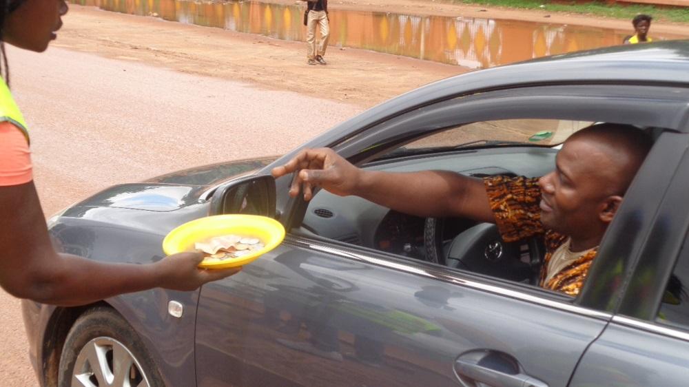 Des usagers expriment souvent leur reconnaissance aux bons Samaritains de la route ©Burkina24