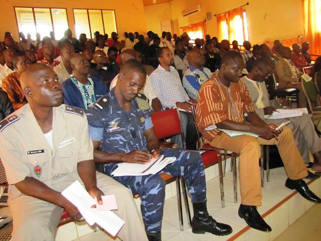 Les participants à la première session du comité