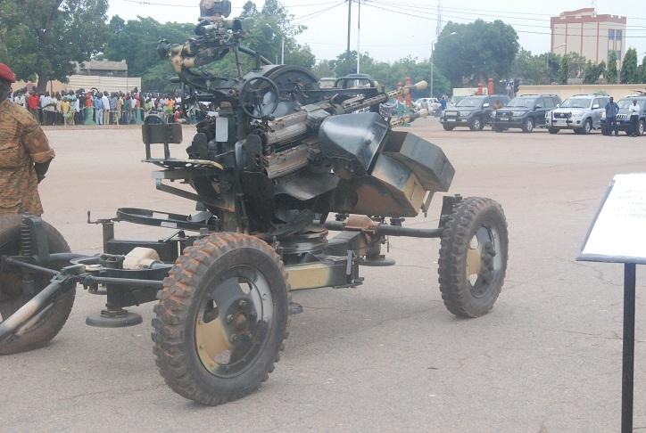 Une mitrailleuse, exposée à la Place de la Révolution © Burkina24
