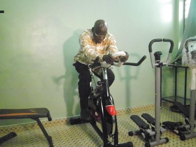 Alassane D. Ouangrawa, président de la fédération burkinabè de cyclisme essayant un matériel de preparation physique