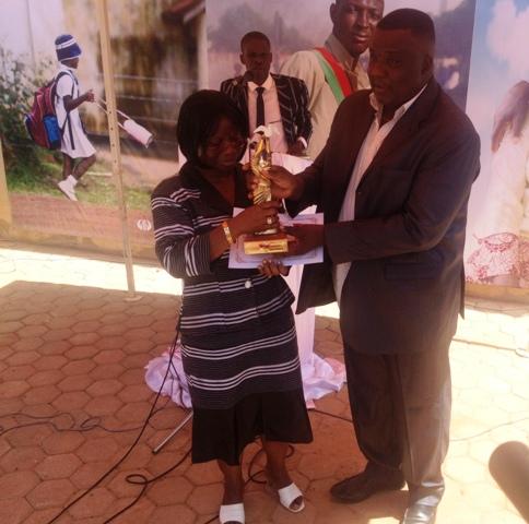 Bamos Théo a remis le trophée de la paix à l'ONG Diakonia.