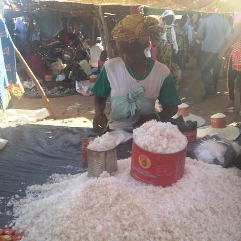 Une détaillante de sel à Gorom-Gorom.