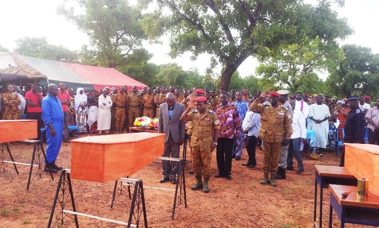 Les chefs militaires rendant hommage aux défunts