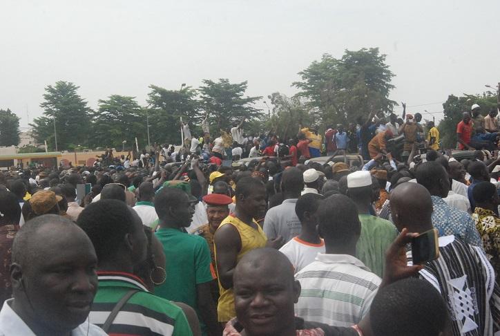 Les citoyens ont pris d'assaut les armes disposées à la Place de la Révolution et communié avec les militaires © Burkina24