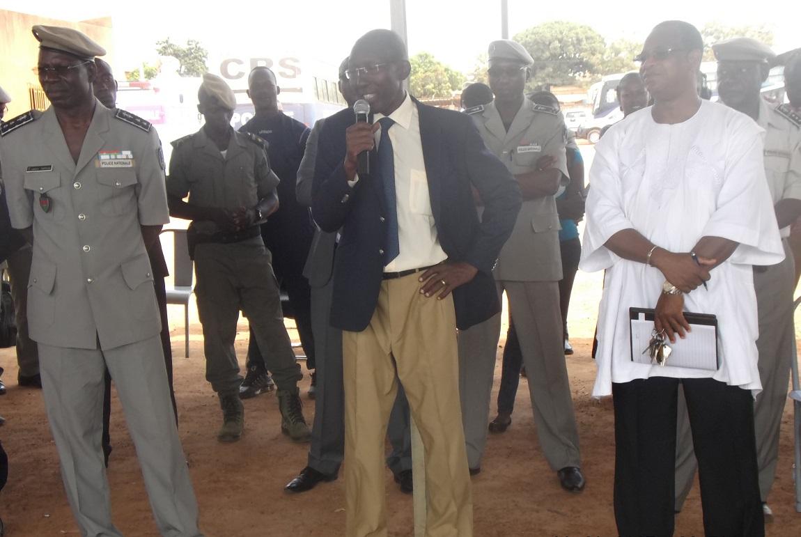 Le ministre délégué à la sécurité parlant aux agents de la police nationale