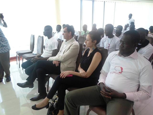 L'ambassadeur français Gilles Thibault (ici au milieu) avec derrière lui certains observateurs de l'APDC.