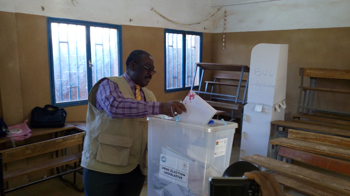 Kassoum Kambou, le président du Conseil constitutionnel, accomplissant son devoir civique dans un bureau de vote à Ouagadougou