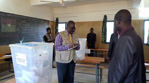 Le Président du Conseil constitutionnel Kassoum Kambou prenant des notes