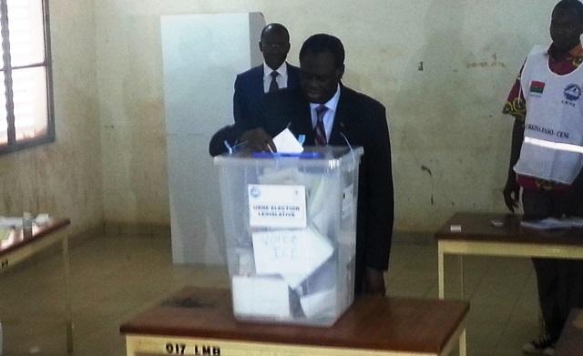 Le président de la transition Michel Kafando votant pour les législatives