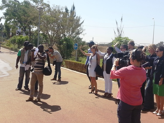 Les responsables de la mission souhaitant un au-revoir aux observateurs en quittance de l'hôtel pour l'intérieur du reste du pays.