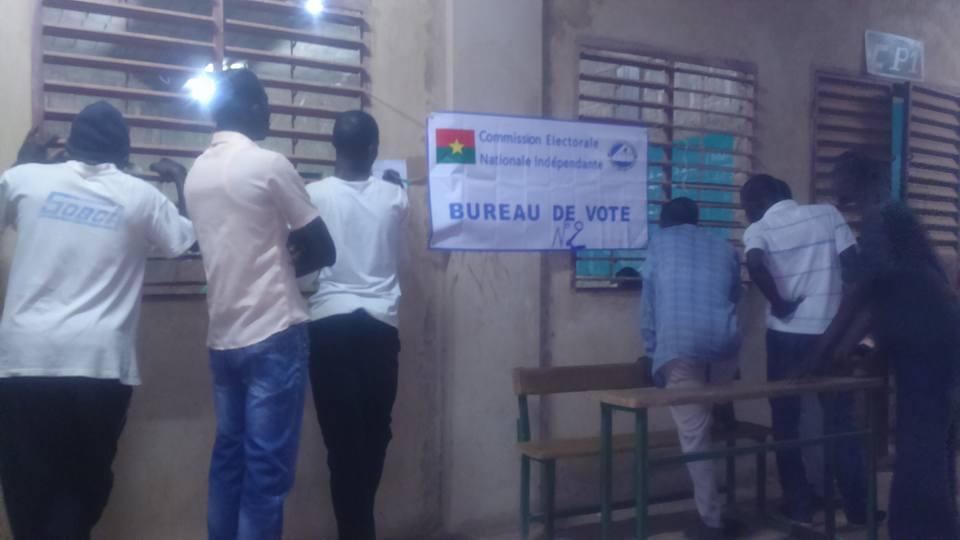 Des électeurs suivant le dépouillement dans un bureau de vote