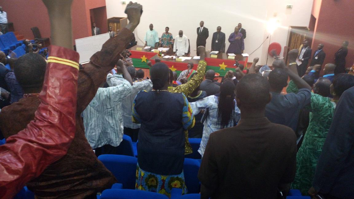Les députés chantant l'hymne national, le Di-taa-niyè, après l'adoption de la révision de la constitution