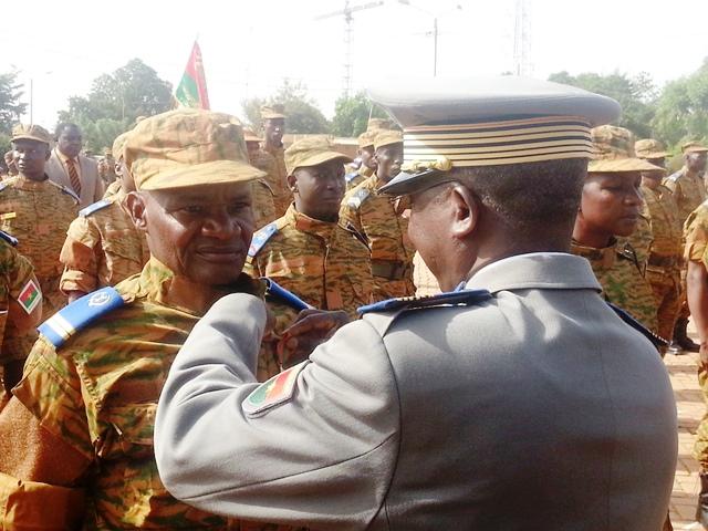 Le colonel major remettant la médaille d'honneur militaire à un sous lieutenant.