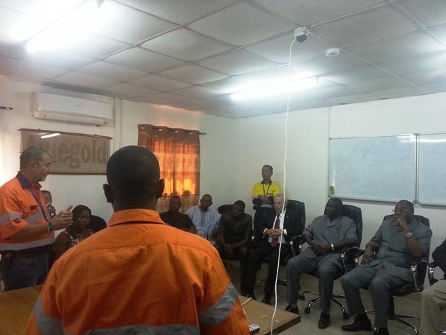 Le ministre Aboubacar Ba avec sa droite le gouverneur de la région du Nord assistant à la présentation de la plateforme du site par des responsables de RVS Karma SA