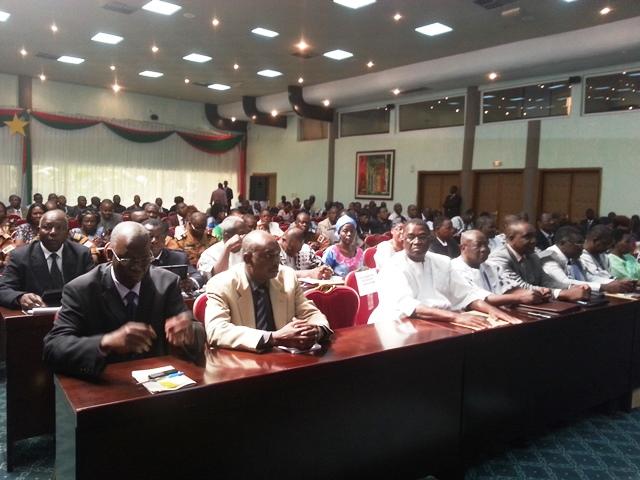 Une vue des gouverneurs de région et des hauts commissaires de provinces.