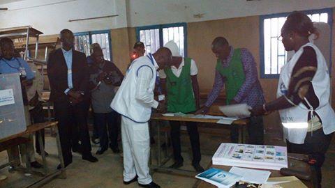 Me Barthélémy Kéré se livrant à l'examen des membres du bureau de vote