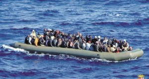 Un bateau pneumatique en Méditerranée, chargé de migrants.