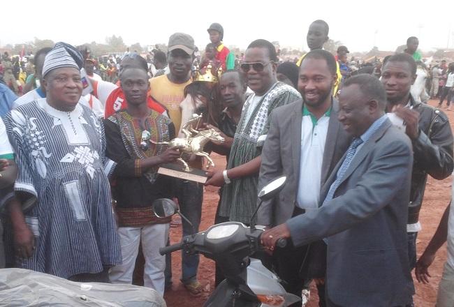 En plus du trophée, le vainqueur est reparti avec une moto