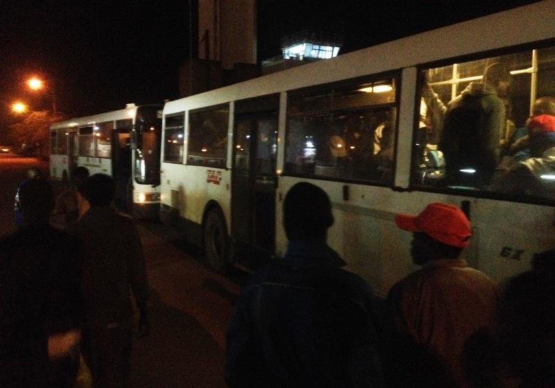 Aperçu des cars ayant transporté les migrants jusqu'au site d'hébergement situé au quartier Somgandé