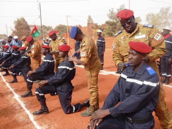Des soldats recevant leurs épaulettes