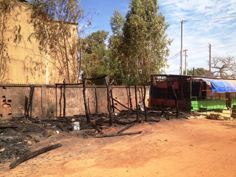 Environ 5 hangars sont partis en fumée selon des rivérains.
