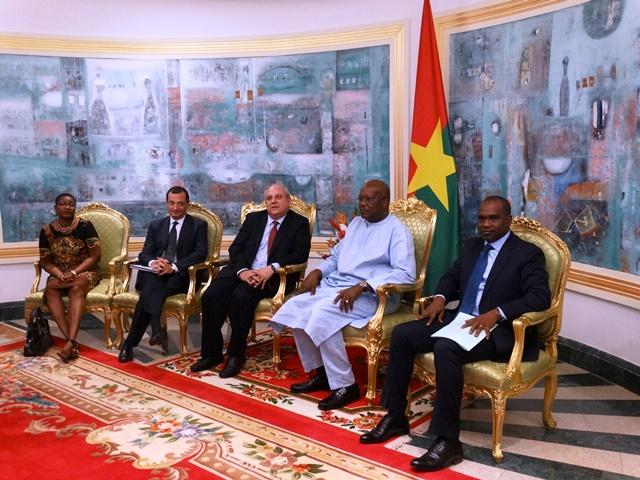 Mario Giro (droite du Président Kaboré) est venu témoigner de la compassion du gouvernement italien à celui burkinabè.