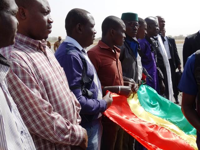 La communauté malienne l'attendait à sa descente d'avion.