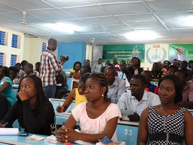 Les étudiants ont suivi la conférence avec beaucoup d'attention