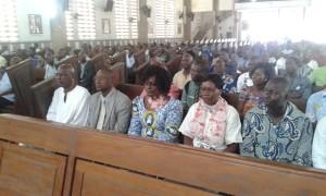 Vue partielle des fidèles catholiques au cours de la messe à l'Église Saint-Michel d'Adjamé.