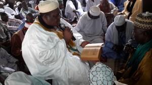 Le Guide spirituel, Cheik Abdoul Aziz SARBA, pendant la lecture des versets du coran pendant la mosquée d'Abobo.