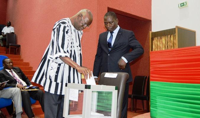 Salif Diallo, président de l'Assemblée nationale votant pour les membres du Bureau - Burkina 24