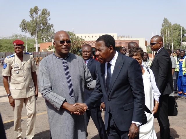 Yayi Boni a été reçu par le Président Kaboré à sa descente d'avion.