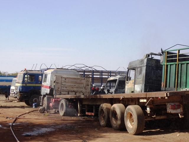 Les camions victimes de l'incendie à Kalgondé © Burkina24
