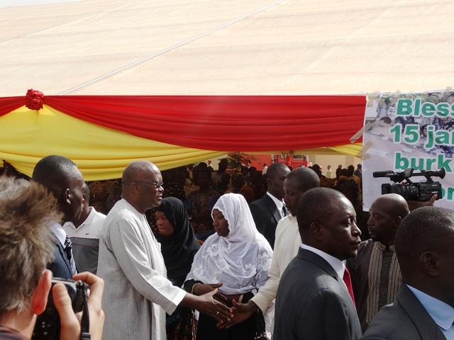 Le Président du Faso saluant les parents des victimes des attaques du 15 janvier 2016.