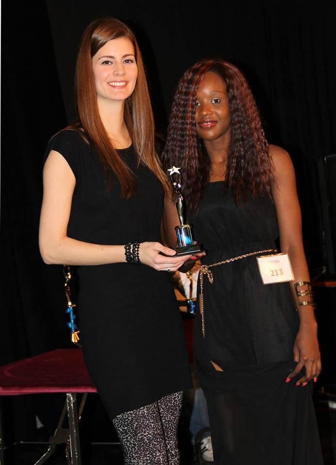 Nadège Ouédraogo recevant son trophée lors du concours Atlantic Canada's Top Model & Actor en juin 2014 (DR)