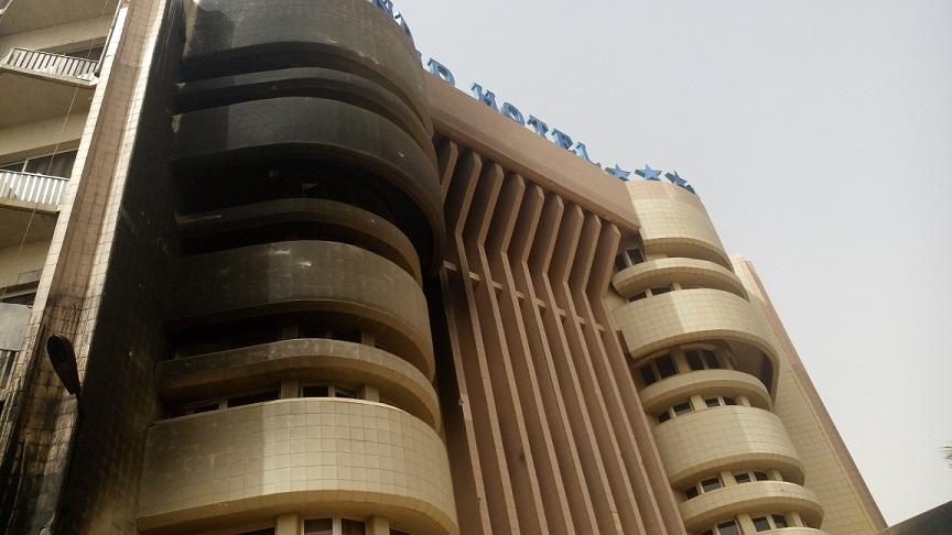 La devanture du Splendid Hôtel a été léchée par les flammes © Burkina24