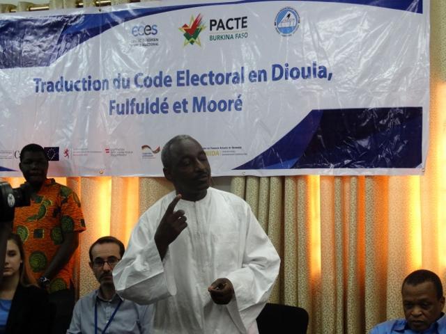 Issa Diallo de l'équipe des traducteurs.