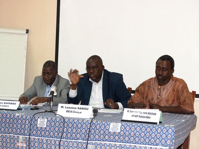 Les animateurs de la conférence de presse. De gauche à droite, Saidou Kafando (directeur régional de Ouagadougou), Lassina Sanou (directeur de l'exploitation) et Ousmane Yaya Bocoum (directeur du projet Assainissement en eau potable de Ouagadougou).