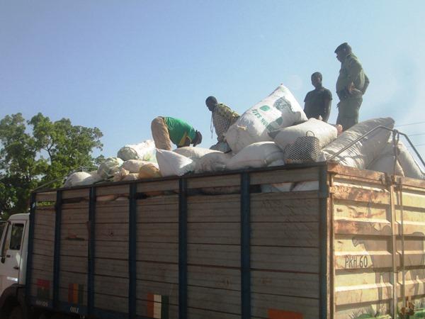Lundi 8 février 2016, nous avons rencontré à la parque douanière de Bobo-Dioulasso, un véhicule saisi contenant 6 sacs de 100 kg des médicaments de la rue