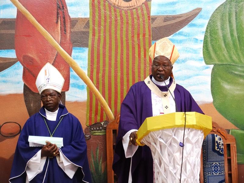 La messe de ce dimanche 21 février 2016 à la paroisse Saint Pierre a été dite par le Cardinal Philippe Ouédraogo. © Burkina24