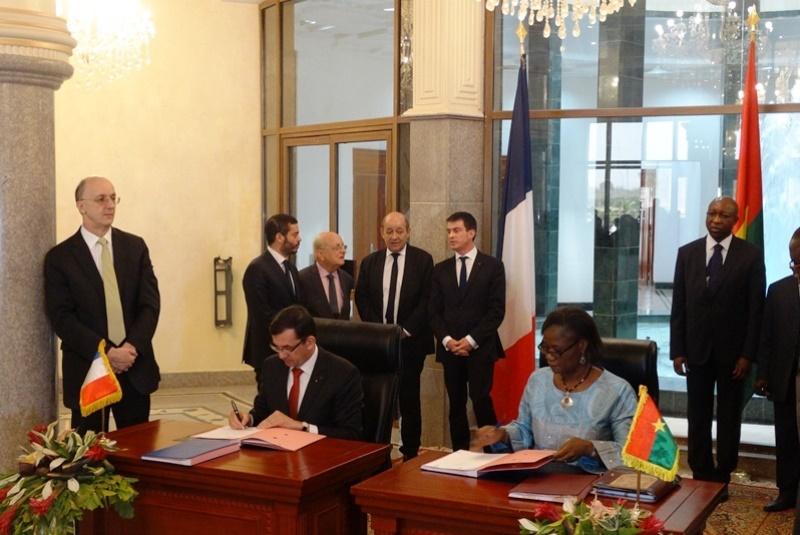 Signature des documents relatifs à l'aide au développement d'une enveloppe de 09 millions d'euros par l'ambassadeur Gilles Thibault et la ministre Rosine Coulibaly-Sori.