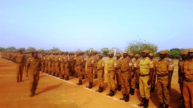 Le général de brigade Zagré Pingrénooma, chef d'état major effectuant une revue de troupe au cours de la cérémonie de fin de formation du Bataillon Badenya 4.