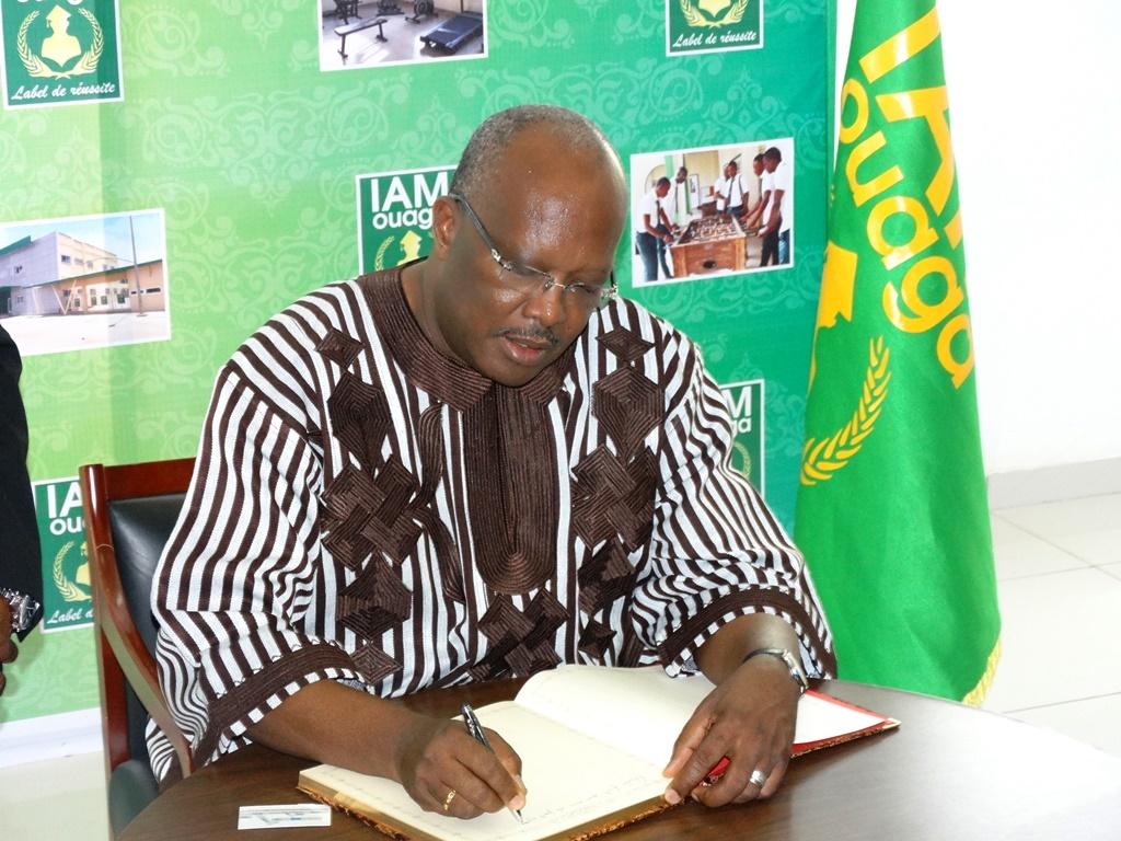 Le Président du Faso a marqué son passage à IAM Ouaga par la signature du livre d'or de l'institut. © Burkina24