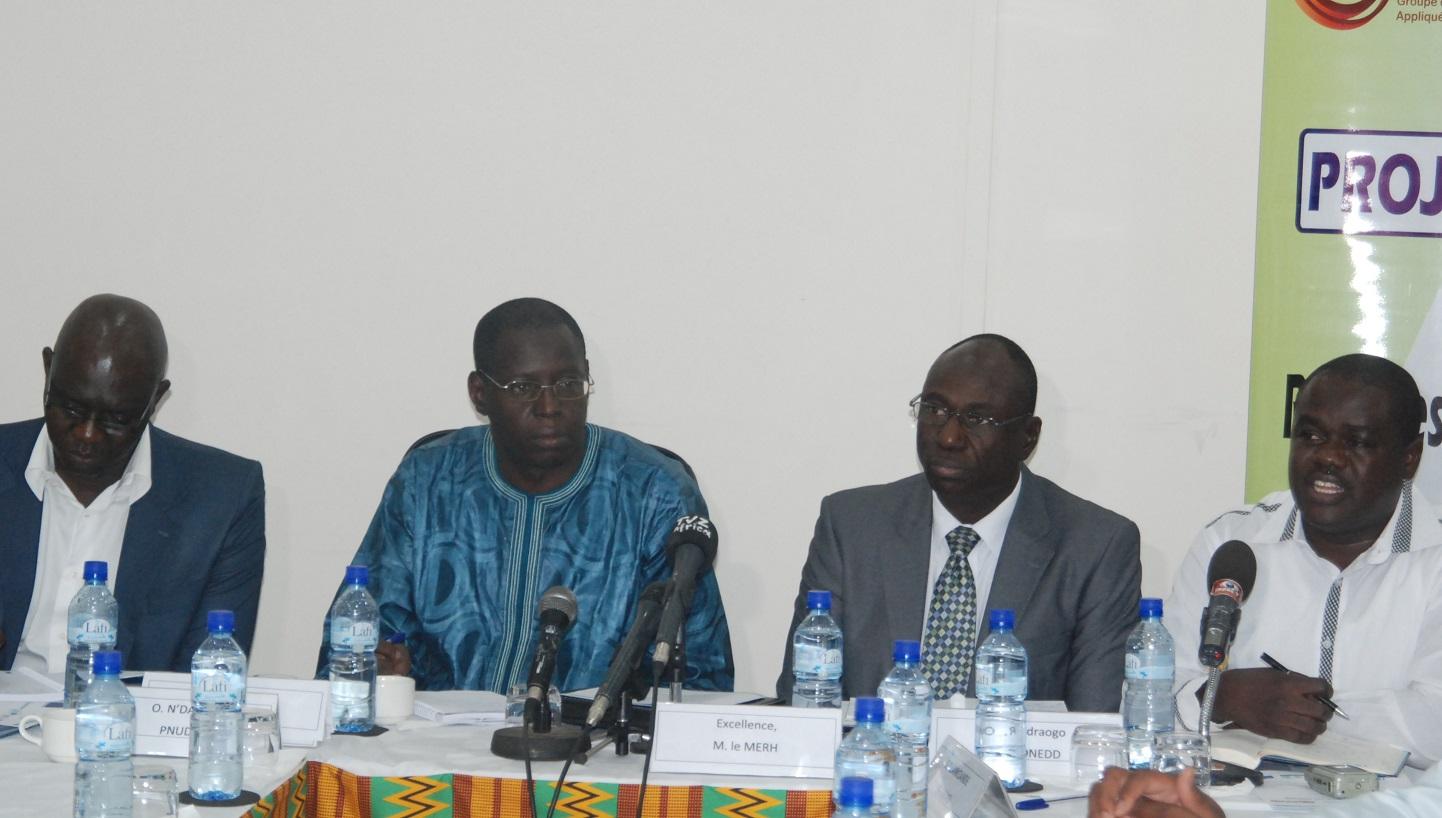 De gauche à droite, Oumar Ndiaye, Hama Traoré, représentant directeur Pays du PNUD, Rasmané Ouédraogo et Gountiéni Lankoandé ( © Burkina24)