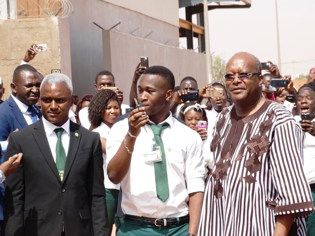François Zougmoré (milieu) avec à sa gauche Filiga Sawadogo, ministre en charge de la recherche scientifique et à sa droite Rabiou Cissé, Président de l'Université Joseph Ki-Zerbo.