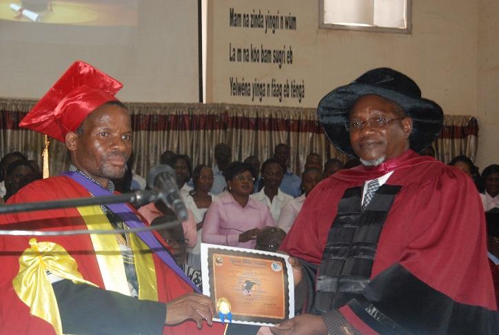 Le Pr Gadama remettant le diplôme au Pasteur Michel Ouédraogo (à d.) © Burkina24
