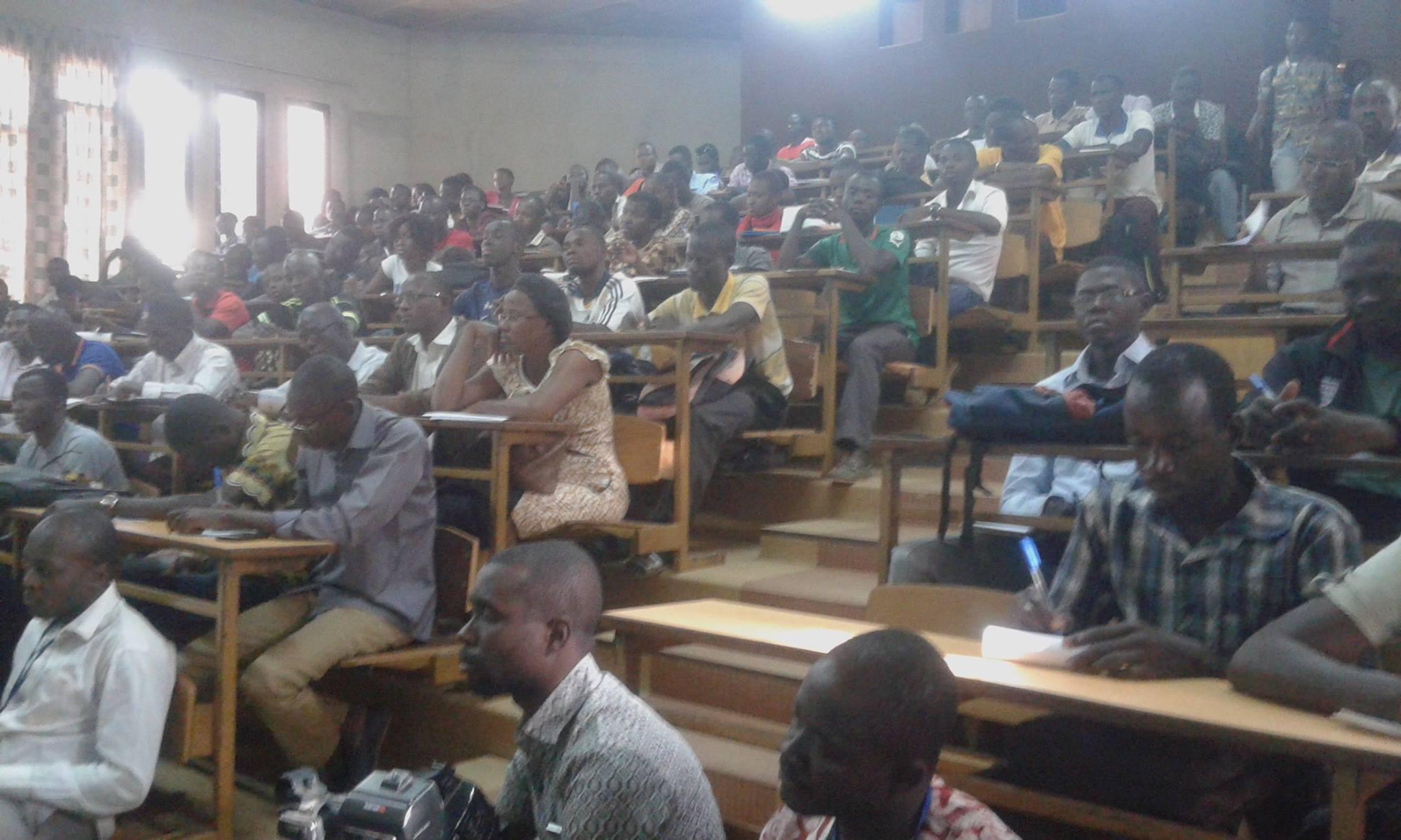 Les participants attentifs à la conférence