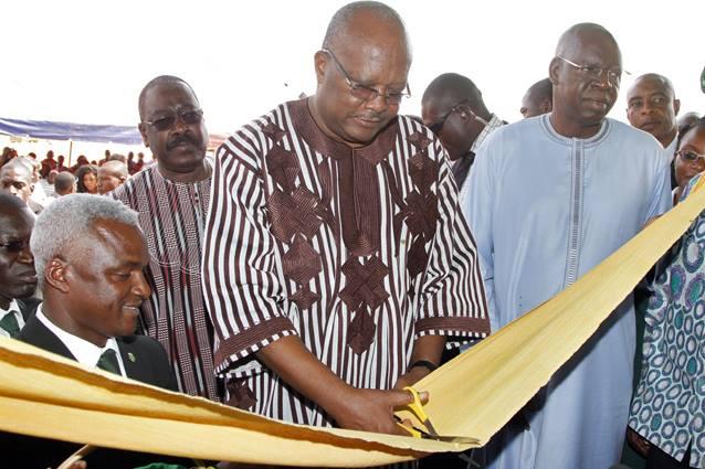 Roch Kaboré procédant à la coupure symbolique du ruban © Dircom Présidence du Faso