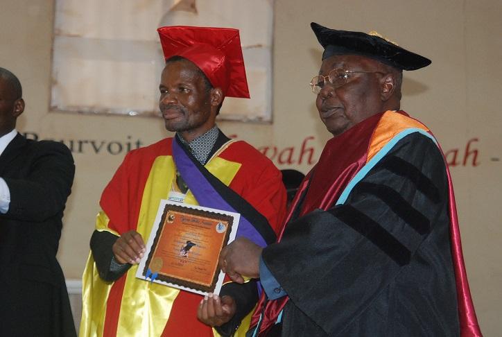 Le pasteur Samuel Yaméogo recevant son diplôme © Burkina24