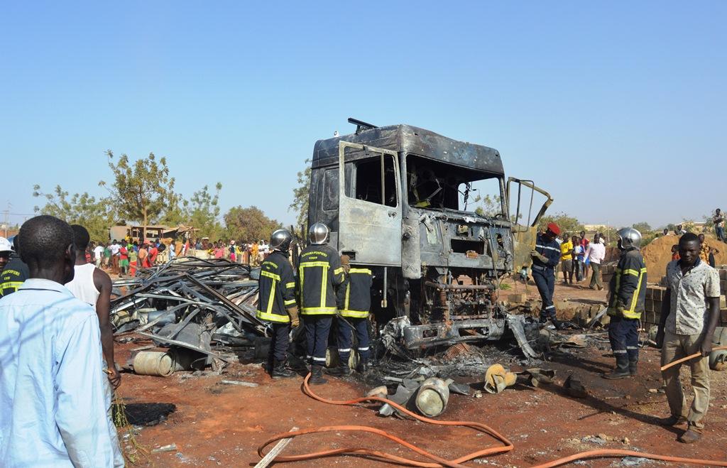 Les pompiers autour du camion sinistré © Burkina24